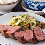 通常の牛たんも厚切りですが、さらに厚くてジューシーで柔らかです。牛たん極焼(3枚6切)・麦飯・テールスープ小鉢・季節の和菓子付き