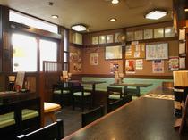 本店 テーブル席とカウンター