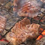 たっぷりの厚みに旨味が凝縮された利久の牛たん、炭焼で表面はカリッと、中身はジューシーにという絶妙な焼き加減でご提供します。肉厚でも歯切れの良い食感と旨味をもつ牛たんのおいしさを味わって下さい。
