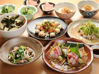 大皿に盛りつけられたお料理を、気の合う仲間と取り分けて楽しめます。ボリューム感あり