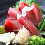 【漁師が釣って、漁師が焼いた】伝統の藁焼き製法で作る鰹のたたきはやはり絶品!オススメは塩タタキ!明神丸高知本店では、料理を提供する器にも九谷焼を使ったこだわりあり。