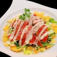 旨みのつまったスモークサーモンをシーザードレッシングでからめた女性に人気のサラダ。