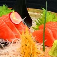 鮭のハラスの部分を使い、その濃厚な脂は大助のように口の中でとろけてしまいます。
