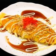 関西の名物の卵焼き。キャベツとブタのバラ肉が入ったボリューム満点。お好み焼きのタレが食欲をそそります