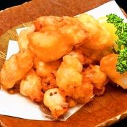 刺身でも食べられる新鮮な生ダコを火が完全にとおらないようにプリプリとした食感をのこした人気のおつまみ