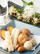 じゃが芋、里芋、長芋、さつま芋の四種揚げと、黒胡麻ソースと和風タルタルの二色ソースが楽しめる唐揚げ。