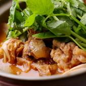 鱧と夏野菜と凍らせた鱧スープで作る滋味あふれる料理です。