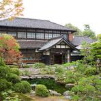 元は米沢織織元の屋敷です。 現在は国の登録有形文化財になっています。  こちらの庭園を眺めながらお食事が出来るお座敷席も完備してます。