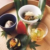 料理5品に土鍋ご飯や味噌汁、デザートがつく昼のコース一例