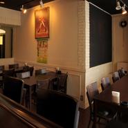 ゆったりとくつろげるテーブル席。友人とじっくりと語り合いたいときにおすすめのスペースです。美味しいお酒とお料理を話の肴に、心の内を打ち明けたり、談笑したり。おしゃれな空間が心をオープンにしてくれます。