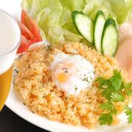 東南アジアの辛い炒飯。えびせん・野菜と一緒に。