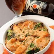 ハーブでマリネしたサーモンとプリプリの海老をのせて焼き上げたクリーミーなグラタン。熱々で召し上がれ。