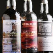 ボトラーズのシングルモルトウィスキーも豊富に取り揃えています。ボトラーズウィスキー(瓶詰め業者)とは、蒸留所から原酒を樽ごと買い、瓶詰めして販売する業者の事。基本的には自社でウイスキー製造はせず、仲介業者的存在です。色々な企画やラベルがウィスキー好きの心をとらえてます。