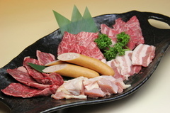 熟成壺MIXとホルモンを含む種類の多いお得なセット。牛肉だけではなく、鶏肉や豚肉も食べていただけます。