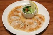生食用のホタテ貝柱をカルパッチョにしました。とろけるクリーミーな味が人気の一品です。