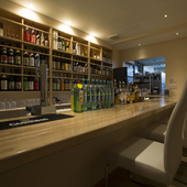 カウンター奥に整然と並ぶ、梅酒や焼酎、日本酒