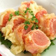 当店では、コクが深く品の良い、佐賀県産の『ありた鶏』を使用、骨ごとぶつ切りの鶏肉をじっくり昆布出汁に煮込み、栄養分がずっしり溶け込んだ白濁スープに。 良質なコラーゲンを多く含んでいるため美容食にもスタ