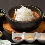 名物 牛すじ石焼きカレー (サラダ・スープ・お漬物付き)