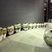 たくさんの壷が並べられた店頭入り口