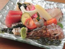 素材のハーモニーを感じる魚介の造りサラダ仕立て