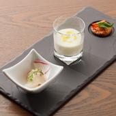 一口に魅力を詰め込んだアミューズ『天然鯛のカルパッチョ、春キャベツのスープ、フルーツトマトのタルト』
