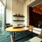 ガラス越しの緑に癒される個室で、大切なお客様をおもてなし