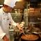 料理を出すタイミングや味付けなど、臨機応変に対応します