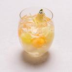 ヘーゼルナッツのスポンジ生地の上に、酸味のあるブラックベリーのジャムとチョコレートのクランブル、カカオ生地とマロンブリュレなどを合わせホテルオリジナルチョコレートを使ったムースでコーティングしました。