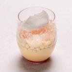 ホテルオリジナルチョコレートのホイップクリームに加え、ブルボンバニラにチョコレートを合わせたクレームブリュレと苺、口当たり滑らかなチョコレートスポンジをサンドしました。