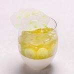 濃厚なリコッタチーズタルトに、苺、マンゴー、キウイ、ラズベリー、ブルーベリーを丁寧に飾りつけたフルーツ尽くしのタルトケーキ。ドーム型の飴細工をまとった芸術的な一品です。