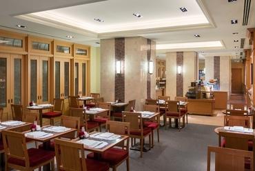 ブティックに併設したカフェでホテルの味とサービスを