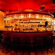 半円のカウンターは週末にもなれば、カウンター好きのお客様で一杯。一人で来ても寂しくありません。ベルギービールを通じて、様々な出会いがきっとあります。