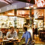 少人数から大人数50名以上の宴会にも。 直輸入ビール、ワインと肉盛りや牡蠣のコースが人気!