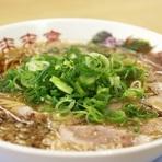 ラーメンの命であるスープ。【来来亭】では京都風醤油味の鶏ガラに背脂を浮かせています。表面に背脂、中は澄んだ鶏ガラベースのスープなので、コクがあるのに口当たりはスッキリ。老若男女、最後まで飲み干せます。
