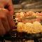 炭火でじっくり焼き上げる焼鳥・串焼各種。こだわりの味をどうぞ