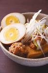 入口近くの大鍋で煮込んでいるのがとりどーふ。 豆腐とつくね団子、ゆで玉子を とりどーる特製の出汁でコトコト煮込んでいます。