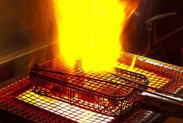 もも焼きやもつ焼きなど、豪快・大胆に焼き上げます!