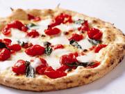 完熟チェリートマトと水牛のボッコンチーニ(モッツァレラチーズ)を使用! 究極の味をご堪能ください。