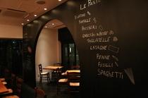 ピッツァのレシピやパスタの種類の落書き!? でイタリアを演出
