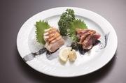 濃厚な味のもも肉と、歯応えがあってジューシーなむね肉、新鮮な薩摩知覧鶏の2つの美味しさが味わえます。