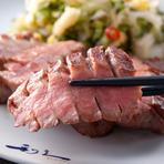 扱いの難しい牛たんを全て手作業で仕上げ、熟練の焼き手により肉厚でも歯切れの良い食感と旨みをもつ牛たんを味わうことが出来ます。