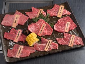 食感や脂肪の甘味の違いをそれぞれ楽しめる『牛盛りあわせ』
