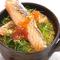 アツアツ土鍋の蓋を開けると……『名物!! 特大ハラスとイクラの土鍋炊き込みご飯』