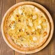 4種のチーズを使用したとろーりチーズPIZZA。はちみつでまろやかに!
