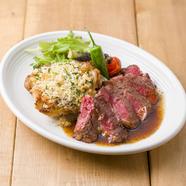 アンガス牛のステーキとチキンの香草パン粉チーズ焼き ハーフ&ハーフ盛り合わせ