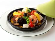 ふんわり香るカレーの風味と魚介の旨味を愉しむ『海の幸のパエリア』