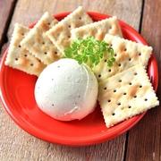 生ハムを贅沢にトッピングしたグリーンサラダ。マスタードでアクセントをプラス!生ハムの塩気と新鮮野菜がベストマッチ。ヘルシーで美容と健康にも嬉しいメニューです!