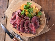 肉厚なお肉がほろっととろける、柔らかジューシーなビストロ風メインディシュ。特製スパイスと一緒に一晩漬け込み、低温の油で柔らかく煮込んだ後、特製ソースを塗って焼きあげた自慢のスペアリブです。