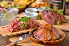 なんと、自家製ローストビーフ・鉄板カットステーキ・生ハムがセットで食べ放題!⇒【 1299円 】