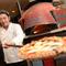 専用の石窯で焼かれる、アツアツの焼きたてピッツァ